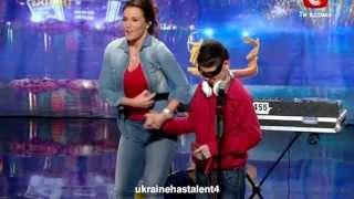 Украина маё талант слепой мальчик dj зажег весь зал!!