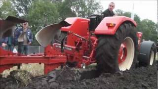 Ploegen met International 844-S en Farmall 806 Trekkerweb