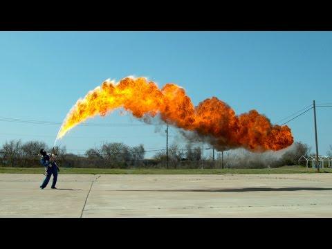 迫力の火炎放射器のスローモーション映像