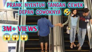 TOUCH HAND IN ESCALATOR PRANK | NYENTUH TANGAN ORANG DI ESKALATOR | PRANK INDONESIA | MAXWELL PRANK