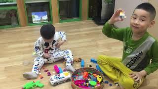 Hai siêu nhân học xếp hình đồ chơi
