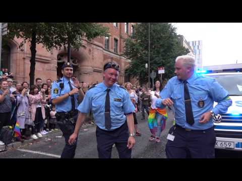 POLICE DANCING IN PRIDE 2017