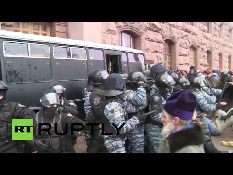 Ukraine: Police storm City Hall, protesters fight back
