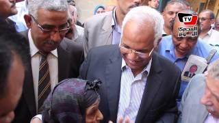 محافظ القاهرة لمواطنة بحلوان: جايبلك حاجات نضيفة تحطيها فى التلاجة