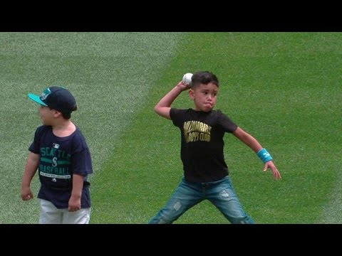 HOU@SEA: Mariners players catch first pitch from kids