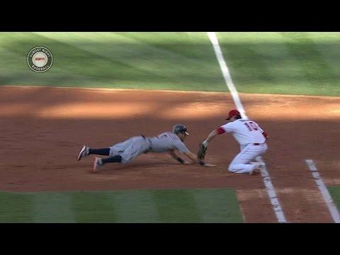 DET@LAA: Shoemaker picks off Kinsler at first base