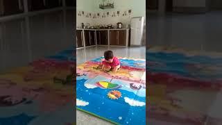Em bé múa không nhịn được cười