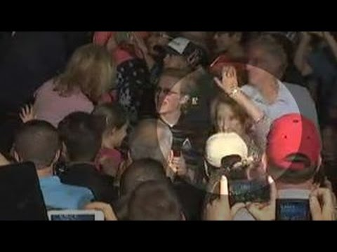 Carly Fiorina falls off stage at Ted Cruz rally