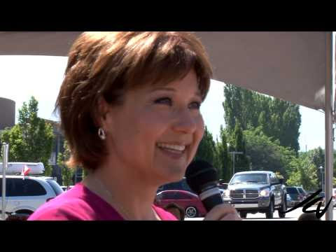 BC  Premier Christy Clark Sings 'O Canada'  - Kelowna BC July 1, 2013 -  YouTube