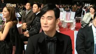 Download Lagu [31.12.14] Kim Soo Hyun@Jun Ji Hyun aegyo Hajima~SBS Drama Awards 2014 Gratis STAFABAND