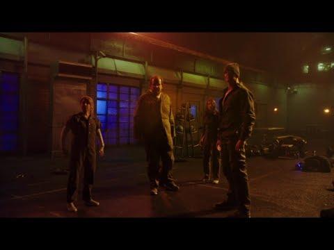 Сериал Флэш. Мыслитель убивает всех заключенных кроме Барри. Флэш отказывается бежать