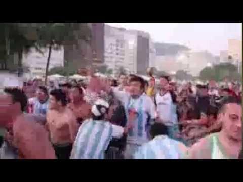 Hinchadas se enfrentan con cantos en las playas de copacabana
