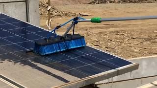 Làm sạch tấm pin mặt trời ở Ấn Độ