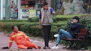 | 大树君 原JokeTV |小伙街头打骂环卫工人,姑娘冲上来就是一拳!(中国社会实验)