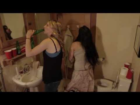 2 Girls 1 Toilet video