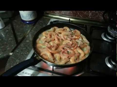 Как пожарить креветки на сковороде - видео
