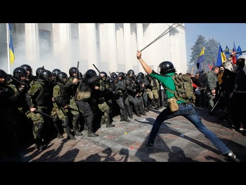 Bats & Chains: Ukrainian nationalists clash with riot police in Kiev