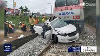 동해에서 승용차와 열차 부딪혀 2명 사망