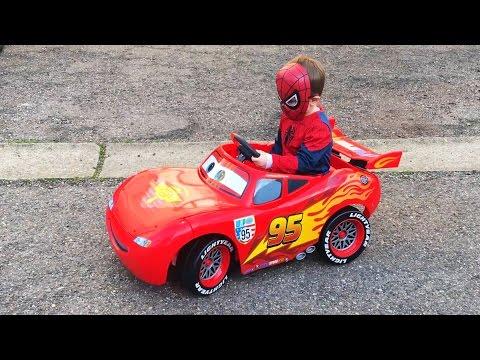 Маленький Мальчик Супергерой Человек Паук Поехал в Магазин на Тачке Молния Маквин