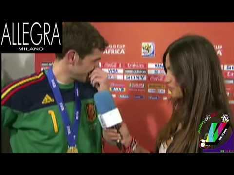 CASILLAS BACIA LA GIORNALISTA CHE LO INTERVISTA: QUESTO E' AMORE: VideoTVnews MONDIALI