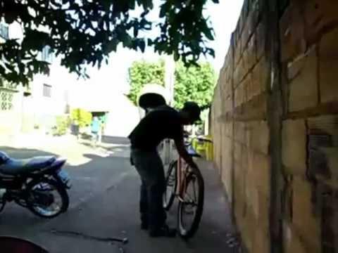 Gordinho do video 'Olha o tiro' apanhando