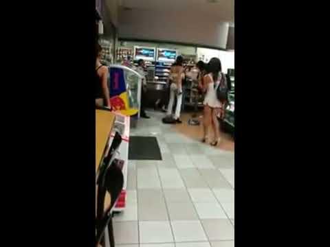 Pelea de travestis en gasolinera xD