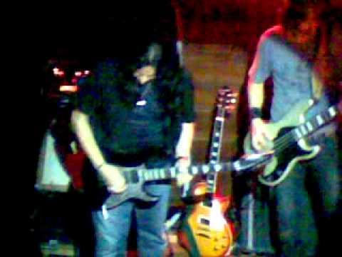 Eddie Ojeda (Twisted Sister) tocando com The Elder no palco do Crossroads.