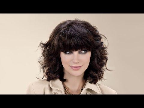 Стрижка на вьющиеся волосы каре с челкой