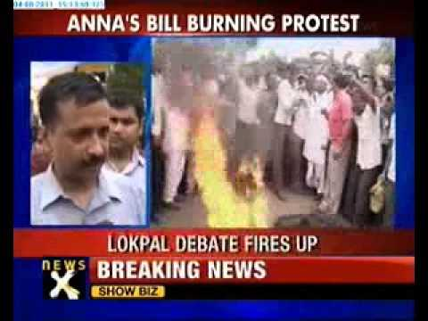 Team Anna burns Lokpal Bill copies