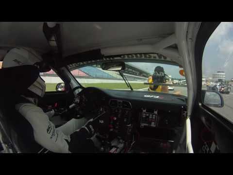 Grid girl gaat gestrekt voor Porsche coureur.