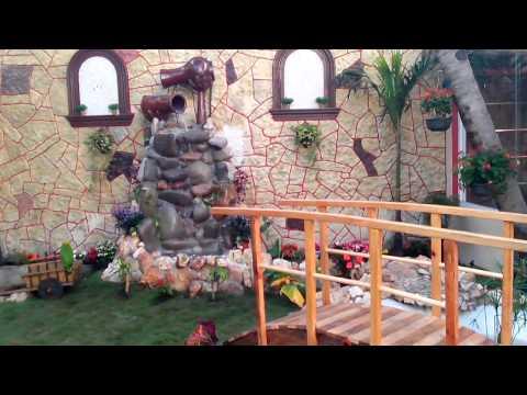 Estanque y jardín con cascada riachuelo