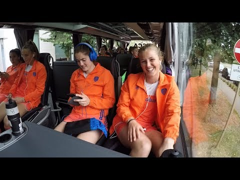 Met Xan de Waard en de Oranjes mee in de spelersbus
