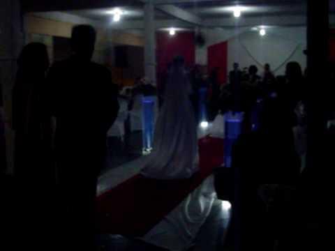 Tamara Jordão, entra cantando no dia de seu casamento.