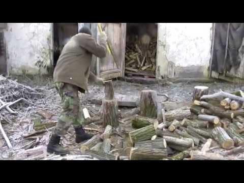 готовим дрова топором .