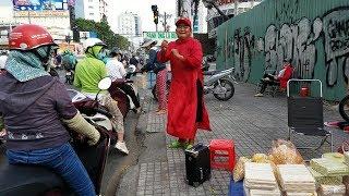Thương người cha mặc áo dài đỏ nhảy múa trên đường phố nuôi 3 đứa con ăn học
