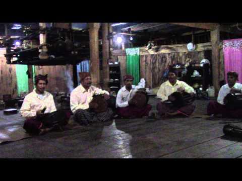 Pertunjukan musik di Wae Rebo, Flores, Indonesia
