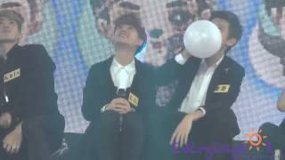 Kris got scared of D.Os balloon (FANCAM CUT)