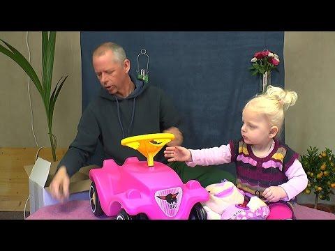 Papa Detlef und Tochter Melody mit einem Bobbycar