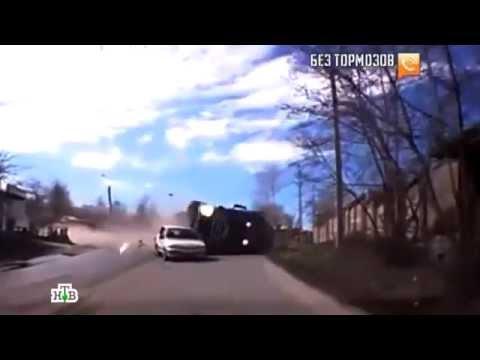 Жуткое видео: фура без тормозов цепляет легковушку и влетает в забор  18 июня 2013 г