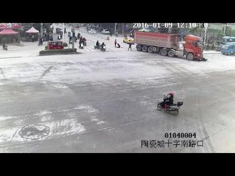 3人の女性が乗ったバイクがトラックに轢かれるも奇跡的に軽傷!