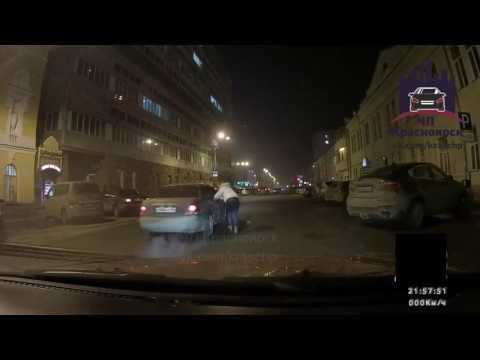Пьяная красноярка пинает машину на Перенсона