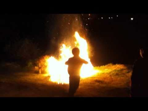 nino quemandose