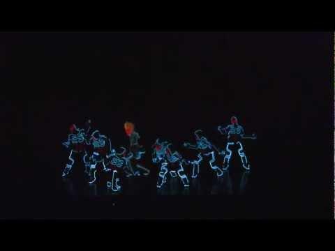 Танцы в светодиодных костюмах.