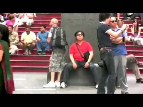 Danosse.COM - Soltando um pedinho maroto no Times Square