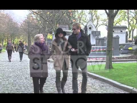 Ryan Gosling and Eva Mendes in love in the Pere Lachaise cemetery in Paris !!!
