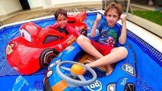 Hot Wheels vs Mcqueen do Carros na Piscina - Boias de Brinquedo - Paulinho e Toquinho