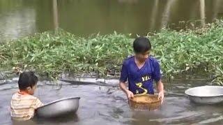 Hai anh em mồ côi gỡ lưới, bắt tôm cá sống lay lắt qua ngày 😢