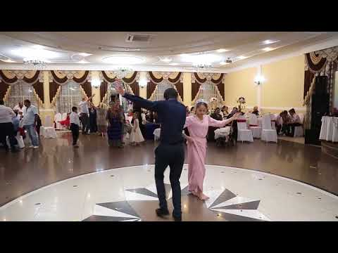 Танец девушки и жениха на свадьбе Авраама и Кристины