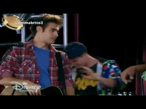 """Violetta 3 - Los chicos canta """"mil vidas atrás"""" y León y Violetta no se dejan de mirar (03x64)"""