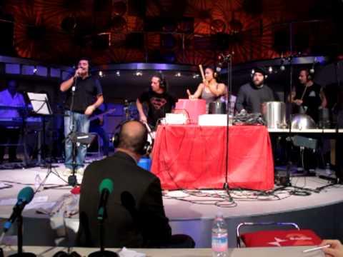 Max Giusti live con la compagnia di percussionisti inglesi degli Stomp (Radio2)